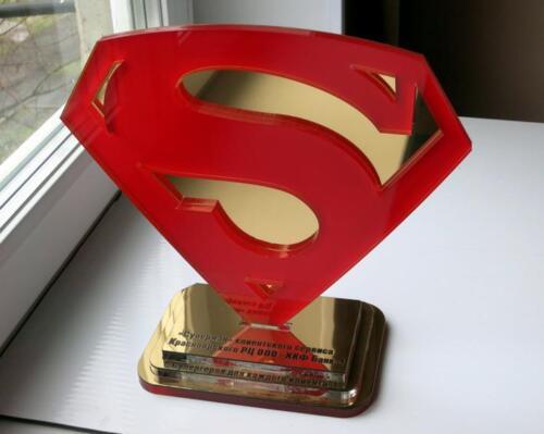 Награда Супергерой. Оргстекло, металлизированный пластик